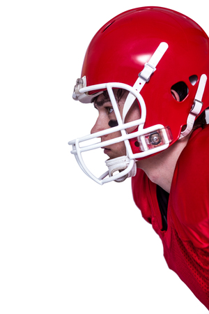 casco rojo: Vista de perfil de un jugador de fútbol americano que lleva un casco rojo