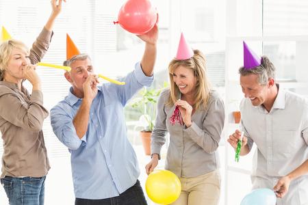 Lachende casual business mensen vieren verjaardag in het kantoor