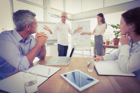 Colleghi di lavoro che conducono presentazione in ufficio