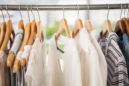 tienda de ropa: Ropa en carril de la ropa en la tienda de ropa
