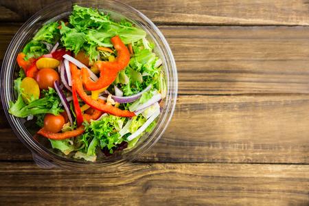 ensalada de frutas: Plato saludable de ensalada en la mesa de un disparo en estudio