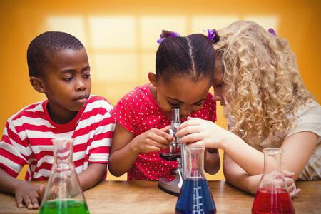 black girl: Nette Schüler Blick durch Mikroskop gegen Raum mit großem Fenster zeigt Stadt