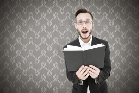 predicador: joven predicador lectura de la Biblia en contra de fondo