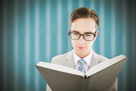 predicador: Geeky predicador lectura de la biblia contra el fondo negro