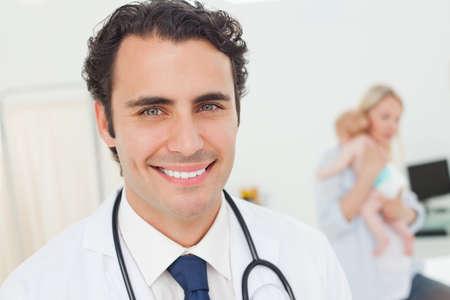 pacjent: Smiling młodych lekarzy z jego pacjentów za nim LANG_EVOIMAGES