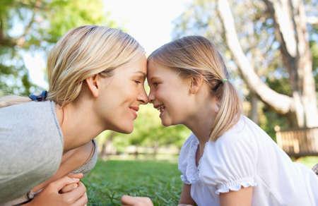 afecto: Madre e hija mostrando su afecto por los demás