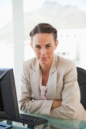 trenzas en el cabello: Portrait of a businesswoman with braided hair in a bright office
