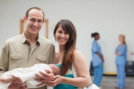 Usmívající se pár držení novorozené dítě v nemocnici