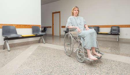 paraplegico: Paciente sentado en una silla de ruedas en un pasillo LANG_EVOIMAGES