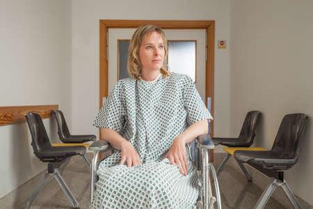 paraplegic: Paciente pensativo sentado en una silla de ruedas en un pasillo