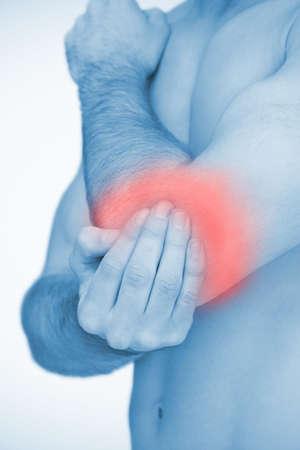 codo: Hombre tocando destac� dolor en el codo en rojo tinte azul LANG_EVOIMAGES