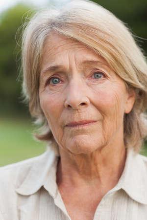 desolaci�n: infeliz mujer madura fuera en el campo