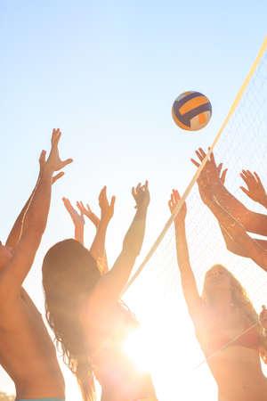 balon voleibol: Amigos que juegan a voleibol en la playa LANG_EVOIMAGES