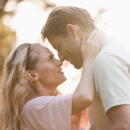 pareja apasionada: Apasionada pareja abrazándose unos a otros en el parque romántico al aire libre en un día de verano
