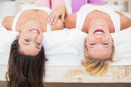 cabeza abajo: Sonriendo pareja homosexual boca abajo en la cama LANG_EVOIMAGES