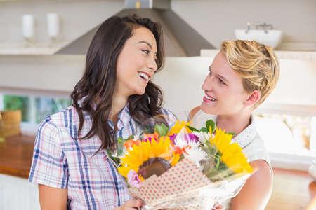 fleurs romantique: Smiling brunette woman receiving romantic flowers