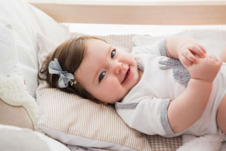 domicile: Beautiful baby girl in his bed at home in bedroom
