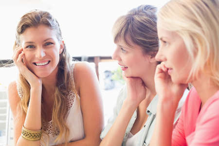 amabilidad: Beautiful women looking at camera in the cafe