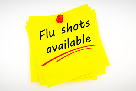 Grippeimpfungen verfügbar gegen Haftnotiz mit roter Reißzwecke Standard-Bild - 45231919