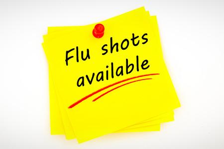 gripa: vacunas contra la gripe disponibles contra la nota adhesiva con marcador rojo Foto de archivo