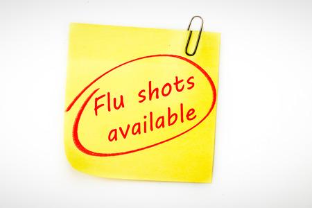 gripe: vacunas contra la gripe disponibles contra la nota adhesiva con clip de color gris Foto de archivo