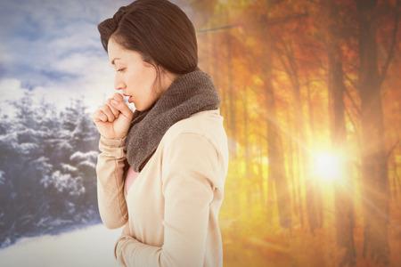 chory: Chory brunetki kaszel przed jesienią zmieniają się zimą Zdjęcie Seryjne