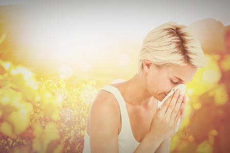 Zieke vrouw blaast haar neus tegen de herfst scene