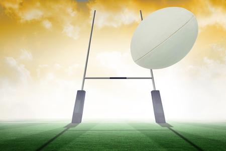 pelota rugby: Primer plano de pelota de rugby contra el campo de rugby