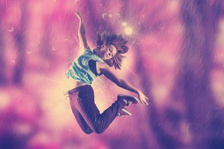 Pretty break danseres tegen mooie roze bos