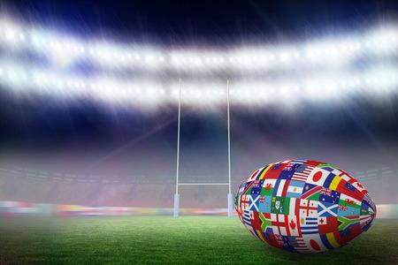 pelota rugby: Bola internacional Rugby Copa del Mundo contra el campo de rugby