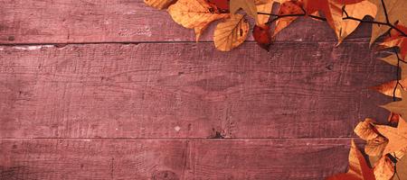 hojas antiguas: Hojas de otoño patrón contra sobrecarga de tablones de madera