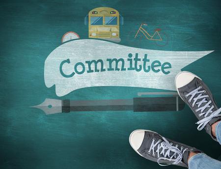comité d entreprise: Le comité de parole et chaussures de sport contre le tableau vert Banque d'images
