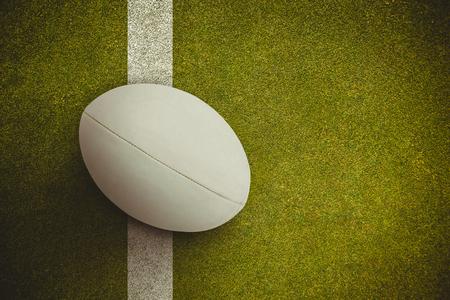 pelota rugby: Primer plano de pelota de rugby contra el terreno de juego con la línea Foto de archivo