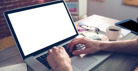 typing: Mano cosechada de diseñador gráfico con ordenador portátil en la oficina creativa Foto de archivo