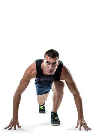 hombres corriendo: Retrato de cuerpo entero de corredor listo para competir contra el fondo blanco
