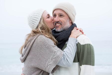 bacio: Carino donna dando un uomo un bacio sulla guancia