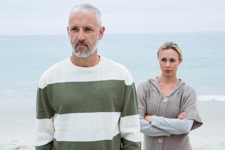 pareja enojada: Mujer enojada con su pareja en la playa Foto de archivo
