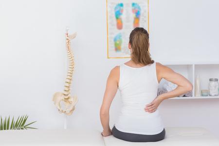 Draag het licht van patiënt met rugpijn in de medische kantoor Stockfoto