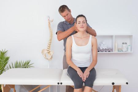columna vertebral: Doctor haciendo ajuste del m�stil en el consultorio m�dico
