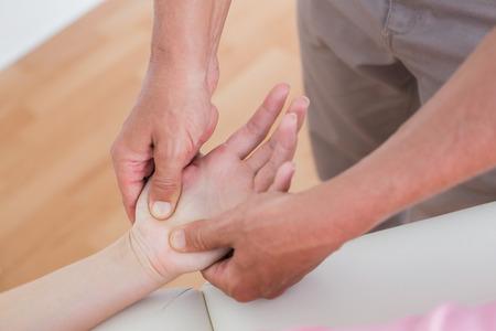 masaje: Fisioterapeuta masaje de manos haciendo en el consultorio m�dico Foto de archivo