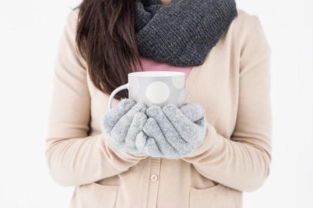 polka dotted: Mujer que sostiene la taza polca punteada en el fondo blanco