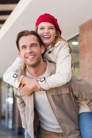 gente adulta: Novia a cuestas a su novio en el centro comercial