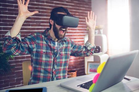 asombro: Hombre de negocios creativo Sorprendido con gafas de vídeo en 3D mientras se trabaja en la oficina Foto de archivo
