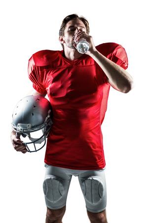 sediento: Deportista Sediento de punto rojo que sostiene el casco, mientras que beber agua en el fondo blanco