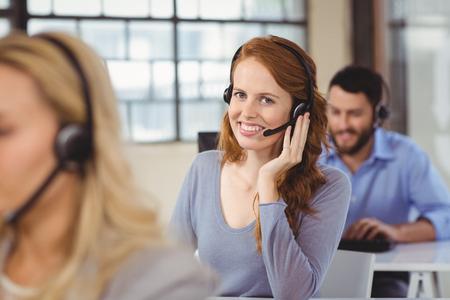 servicio al cliente: Retrato del operador feliz con auriculares
