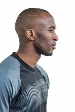 hombres de negro: Vista de perfil de atleta confianza contra el fondo blanco