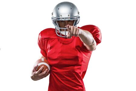casco rojo: jugador de los deportes Retrato en señalar camiseta roja contra el fondo blanco Foto de archivo