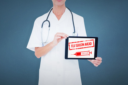 gripe: Sección media de mujer médico mostrando tableta digital sobre fondo azul