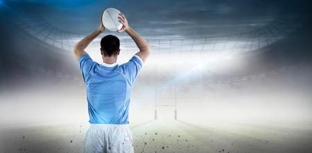 pelota rugby: El jugador de rugby a punto de lanzar una pelota de rugby contra el campo de rugby