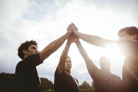 mundo manos: Jugadores de rugby que se unen antes del partido en el parque